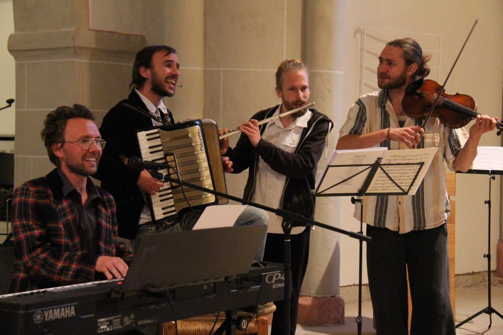 """Beim Konzert in der Kirche 2018: das """"Haus am Walde-Kollektiv"""""""