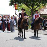 """Simone Schäfer und Andrea Eckart führen zu Pferd die Tanzgruppe """"Gaudium Saltandi"""" im Festzug beim Schützenfest 2017 an."""