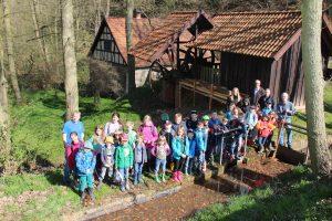 Alle zwei Jahre helfen Grundschulkinder an der Wasserkunst bei den Arbeiten vor der Saisoneröffnung.